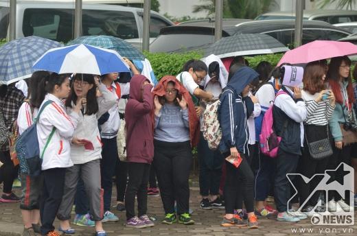 Dù trời mưa khá to nhưng vì lòng hâm mộ với thần tượng mà không một fan nào bỏ về dù đã đứng đợi rất lâu.