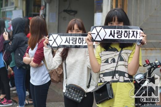 Fan của EXO đang rất mong chờ được nhìn thấy thần tượng.