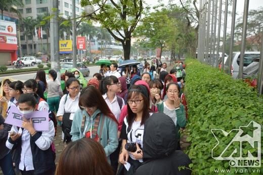 Ngay từ sáng sớm, đã có rất đông fan đứng chờ tại cổng khách sạn.