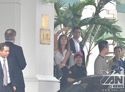 Soyou(Sistar) vẫy chào fan và cười rất tươi.