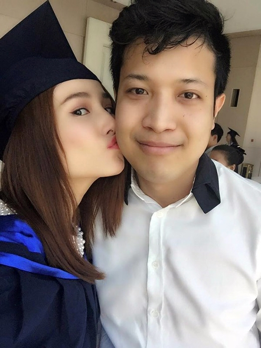 Dù chia tay nhau từ cuối năm 2014 nhưng Phan Đức - bạn trai cũ của Diễm My vẫn đến chúc mừng bạn gái trong ngày tốt nghiệp. Cảm động trước tình cảm của bạn trai, nữ diễn viên Để mai tính 2 đã dành tặng cho anh một nụ hôn nồng cháy.