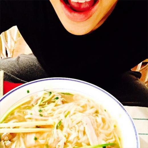 Có mặt ở Việt Nam từ tối qua, Bam Bam (GOT7) đã nhanh chóng thưởng thức món phở truyền thống: Chúc ngủ ngon Việt Nam. Những món ăn ở đây ngon kinh khủng.