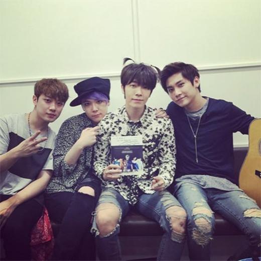 Donghae (Super Junior) với kiểu tóc đáng yêu bày tỏ sự ủng hộ đối với các cậu bạn F.T Island: F.T Island trở lại. Rock n Roll.