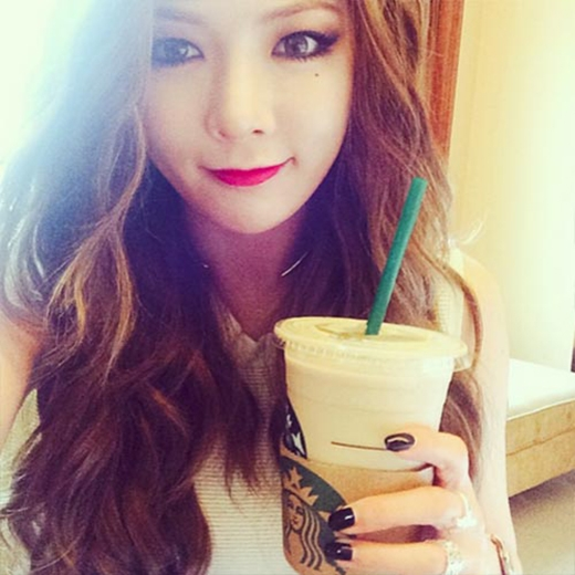 Hyuna không quên khoe fan hình ảnh quyến rũ trước khi nhâm nhi cà phê.