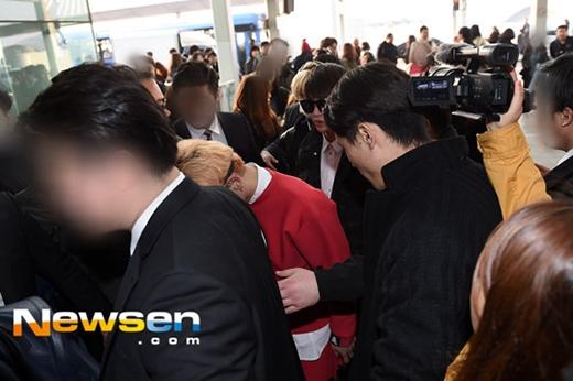 SHINee trong vòng vây fan tại sân bay Incheon