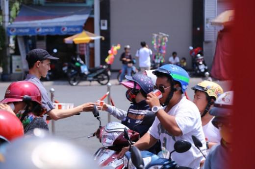 Nhận thấy trời nắng gắt, các bạn nhân viên đã cẩn thận mang tặng nước uống cho mọi người ngay tại chỗ, nhằm xua đi cái nóng của trưa hè.