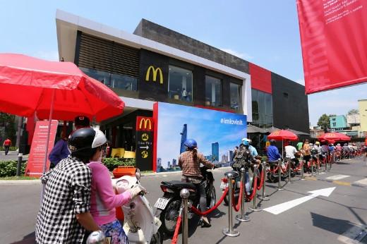 """Chính """"văn hoá xe máy"""" đã trở thành đường Drive-thru đặc trưng của McDonald's Việt Nam."""