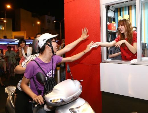 Ca sĩ Hari Won háo hức tham gia sự kiện với vai trò mang đến niềm vui cho người tham dự khi cô hát qua máy đặt hàng của Drive-thru và giúp các bạn nhân viên phát quà cho mọi người