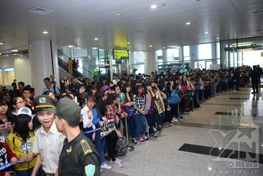 Fan Việt xếp hàng dài để chờ đợi thần tượng.