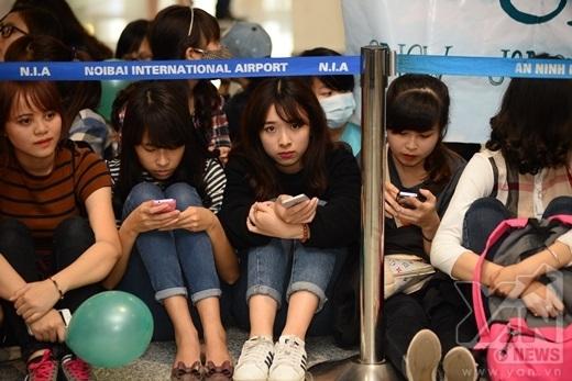 Fan Việt ngồi nghỉ ngơi trong lúc chờ đợi.