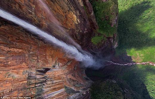 """Chỉ khi chụp từ trên cao xuống mới có thể cảm nhận hết được hùng vĩ đến """"nổi da gà"""" của thác Thiên thần (Angle Falls). Đây là thác nước rơi tự do cao nhất thế giới với độ cao 979m và dốc thẳng đứng 807m, nằm trong công viên quốc gia Canaima thuộc vùng Sabana của bang Bolivar, Venezuela."""