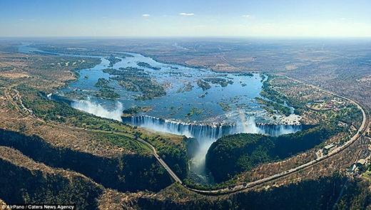 """Không còn từ nào để diễn tả vẻ đẹp của thác Victoria ở Zambia trong bức ảnh này bằng từ """"hoàn hảo"""". Thác nước rộng khoảng 1,7km (rộng gấp 2 lần thác Niagara ở Bắc Mỹ) và cao đến 128m. Đây quả thực là một món quà vô giá của tạo hóa với phong cảnh được ví như tiên cảnh trần gian."""