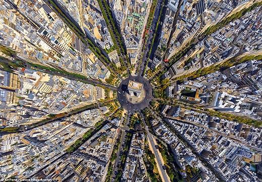 Khải Hoàn Môn là một trong những biểu tượng của thành phố tình yêu Paris, nước Pháp. Nơi đây được xem là nhân chứng sống chứng kiến bao nhiêu buồn tủi và vinh quang của nước Pháp theo chiều dài lịch sử. Hình ảnh Khải Hoàn Môn nhìn từ trên cao xuống trông giống như một nhụy hoa nằm trong lòng bông hoa thủ đô Paris.