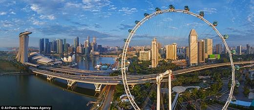 """Toàn cảnh Singapore với hình ảnh """"bánh xe"""" đu quay lớn nhất thế giới Singapore Flyer. Singapore được mệnh danh là Thành phố cây xanh với độ trong lành của không khí thuộc hàng bậc nhất thế giới. Ngoài ra, sự phát triển vượt bậc về kinh tế, xã hội trong những năm gần đây với tốc độ nhanh nhất Đông Nam Á khiến đất nước này trở thành một trong những con rồng trong khu vực."""