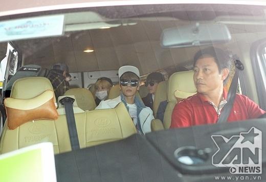 Các thành viên di chuyển lên xe để về khách sạn nghỉ ngơi.