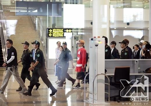 Các mỹ nam SHINee xuất hiện chớp nhoáng tại sân bay Nội Bài