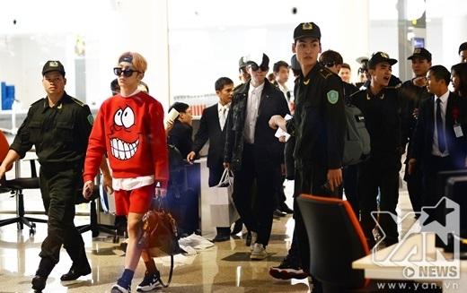 Key (SHINee) với phong cách thời trang độc đáo bước ra đầu tiên.