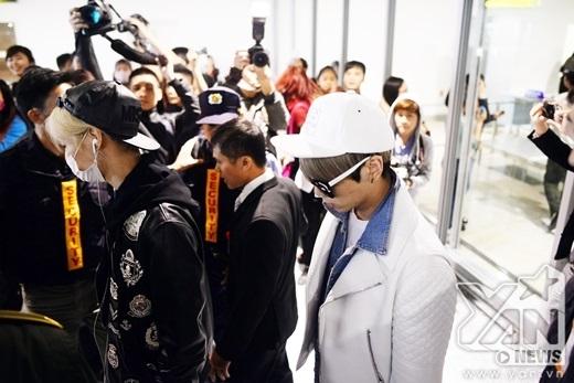 Taemin, Jonghyun từ từ đi ra.