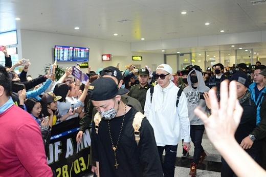 Teen Top và Block B bước ra sân bay giữa vòng vây người hâm mộ (Ảnh: Ione)