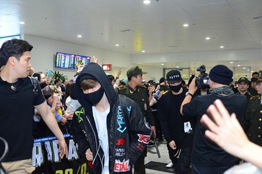 GOT7 cũng nhanh chóng vẫy tay người hâm mộ rồi bước ra xe về khách sạn (Ảnh: Ione)