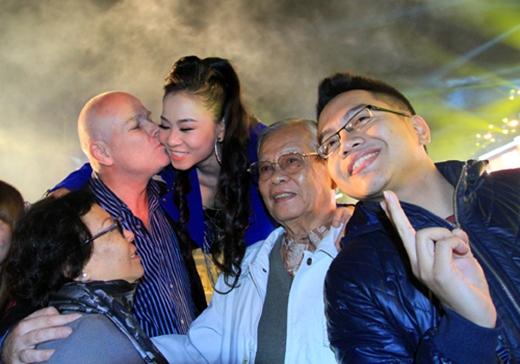 Những nụ hôn ngọt ngào, say đắm của 2 vợ chồng luôn được diễn ra ở khắp mọi nơi. - Tin sao Viet - Tin tuc sao Viet - Scandal sao Viet - Tin tuc cua Sao - Tin cua Sao