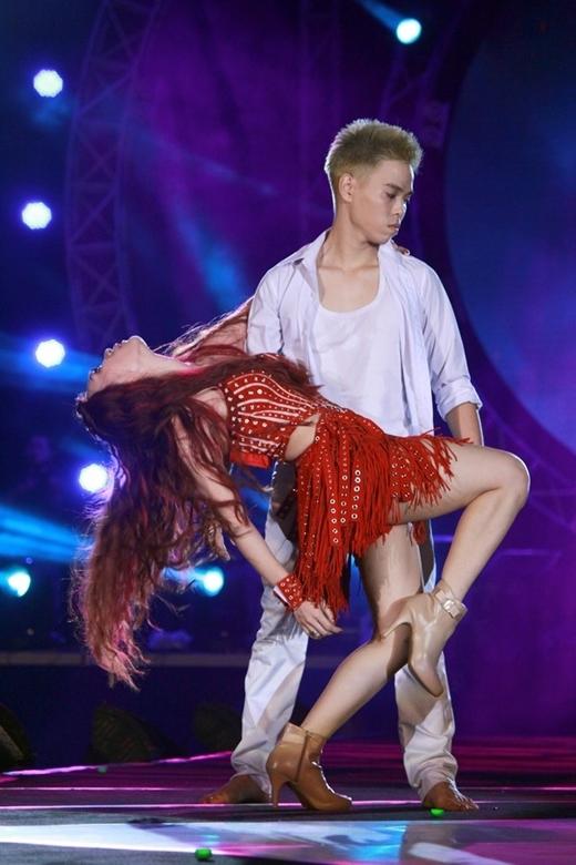 Bên cạnh giọng hát đầy cảm xúc, khả năng vũ đạo của cô cũng rất điêu luyện. - Tin sao Viet - Tin tuc sao Viet - Scandal sao Viet - Tin tuc cua Sao - Tin cua Sao