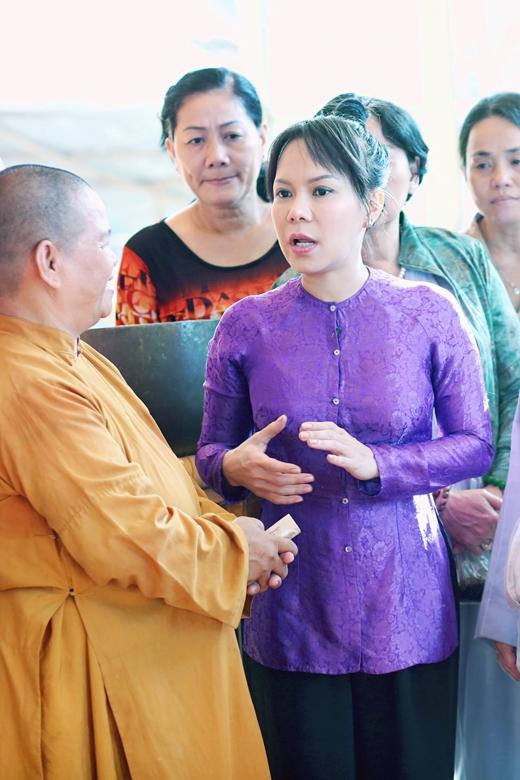 Việt Hương giản dị cùng 250 phật tử đi hành hương - Tin sao Viet - Tin tuc sao Viet - Scandal sao Viet - Tin tuc cua Sao - Tin cua Sao