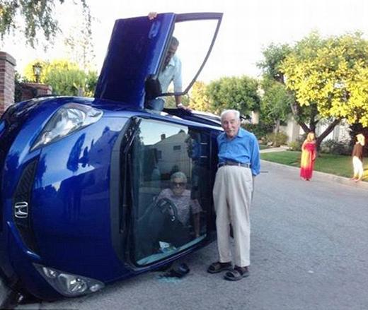 Sau khi gặp tai nạn xe, hai cụ ông ởCalifornia vẫn thản nhiên chụp ảnh