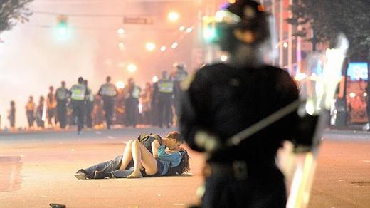 Hình ảnh tuyệt vời của một đôi tình nhân ung dung thể hiện tình cảm trong tâm điểm cuộcbạo động lớn ở thành phố Vancouver.