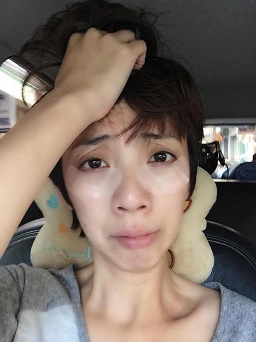 Thu Trang với tâm trạng lo lắng vì không biết sẽ chọn trang phục gì cho đêm diễn HTV Awards. Trên gương mặt của Thu Trang vẫn còn dính 2 mẫu mặt nạ trị thâm quầng mắt khiến khán giả bật cười vì vẻ mặt hài hước của nữ danh hài.