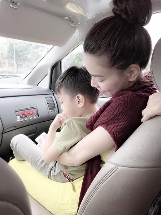 Su Beo ngoan ngoãn trong lòng mẹ Hà, vợ chồng Tuấn Hưng hạnh phúc hôn con trai