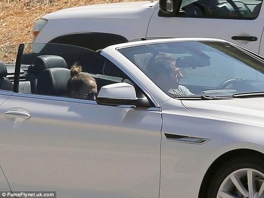 Ca sĩ bị bắt gặp đang trốn trong xe của Casper hồi tháng Tám khi anh chàng đang phóng vi vu trên đường phố Los Angeles.