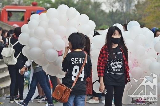 Các fan hâm mộ chuẩn bị băng rôn, biểu ngữ để cổ vũ cho thần tượng của mình.