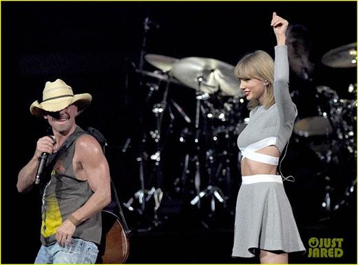 """""""Bạn trai tin đồn"""" thản nhiên nắm tay, ôm eo Taylor Swift giữa chốn đông người"""