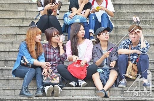 Các bạn trẻ tranh thủ tự sướng khi chờ đến giờ biểu diễn.