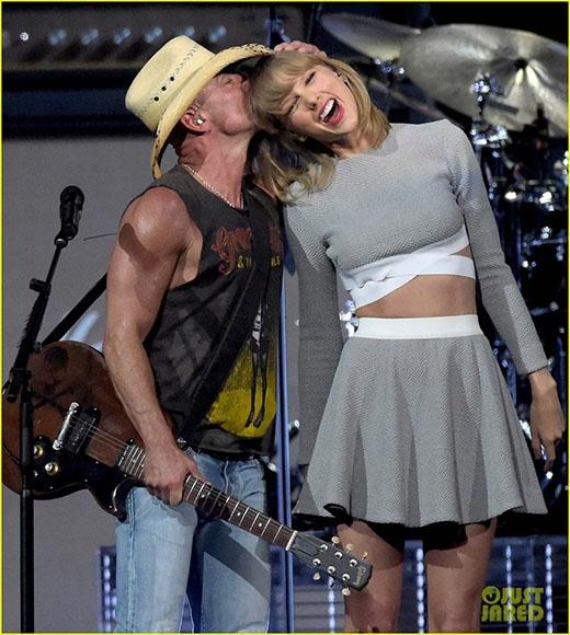 Kenny hôn lên đầu Taylor trong đêm concert của mình