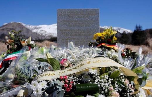 Những vòng hoa được đặt tại trường để tưởng nhớ nạn nhân