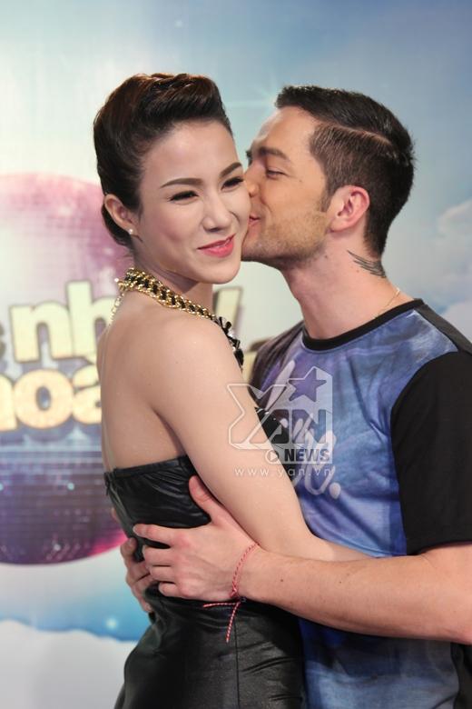 Diệp Lâm Anh và bạn nhảy hôn nhau mặc tin đồn tình cảm - Tin sao Viet - Tin tuc sao Viet - Scandal sao Viet - Tin tuc cua Sao - Tin cua Sao