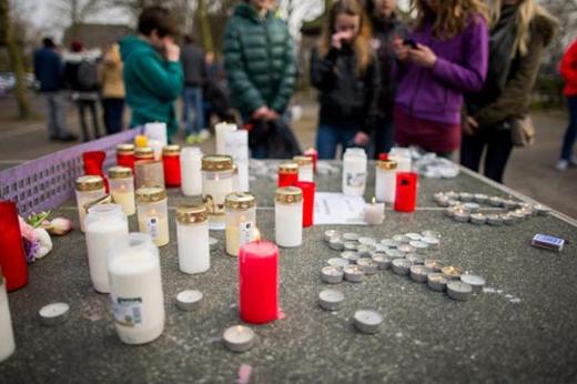 Nến được thắp để cầu nguyện và tưởng nhớ các nạn nhân