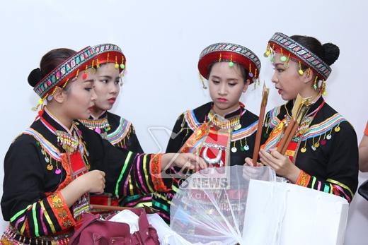 Vũ đoàn hỗ trợ Chi Pu cũng được hóa trang thành các cô gái miền núi. - Tin sao Viet - Tin tuc sao Viet - Scandal sao Viet - Tin tuc cua Sao - Tin cua Sao