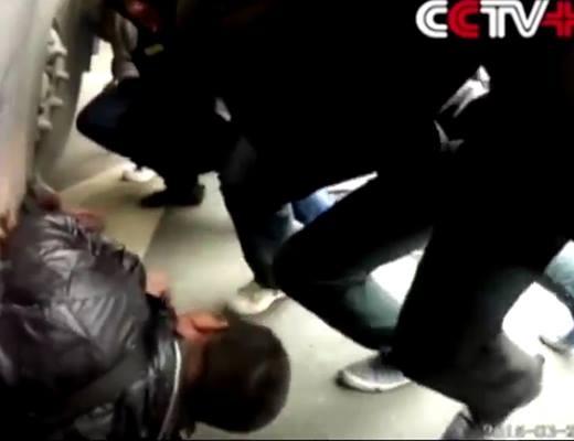 Màn giải cứu nạn nhân bị kẹt dưới gầm xe buýt.