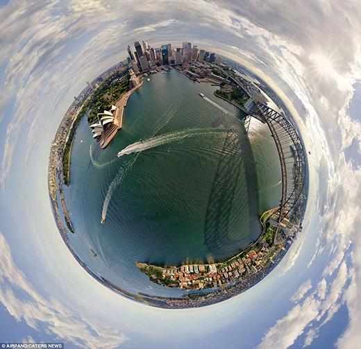 Dưới góc ảnh này, bến cảng Sydney của Australia cũng như Nhà hát Opera lừng danh - niềm tự hào của nước Úc trông giống như là trung tâm của thế giới vậy.