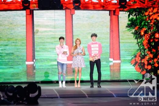 Onew, Bora và Chanyeol phối hợp rất ăn ý với nhau trong vai trò MC.