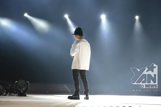 Thành viên Block B có phong cách thời trang ấn tượng đang rất trầm ngâm trên sân khấu.