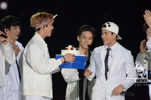 Jackson vô cùng bất ngờ và cảm động khi các thành viên GOT 7 đã mang bánh kem lên tận sân khấu để chúc mừng sinh nhật anh chàng. Các fan của GOT 7 cũng rất tinh ý khi chuẩn bị sẵn project thả bóng bay dành tặng cho Jackson.