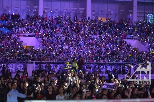 Hình ảnh đẹp của các fan trên khán đài.