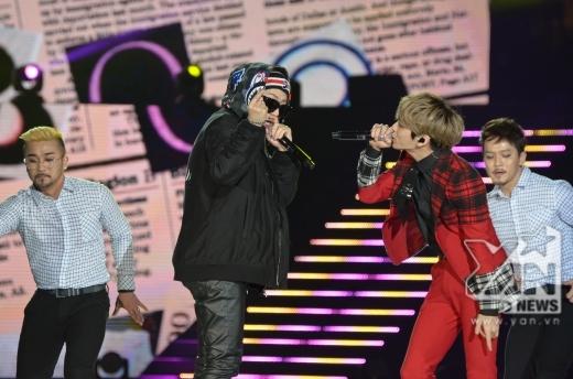 Zico lên sân khấu hỗ trợ cho bài hát solo của Jong Hyun (SHINee).