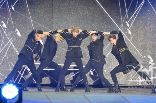 SHINee ra sân khấu với 3 bài diễn nhảy cực sung.
