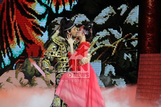 Thúy Kiều Angela Phương Trinh hôn bạn nhảy trong đau đớn - Tin sao Viet - Tin tuc sao Viet - Scandal sao Viet - Tin tuc cua Sao - Tin cua Sao