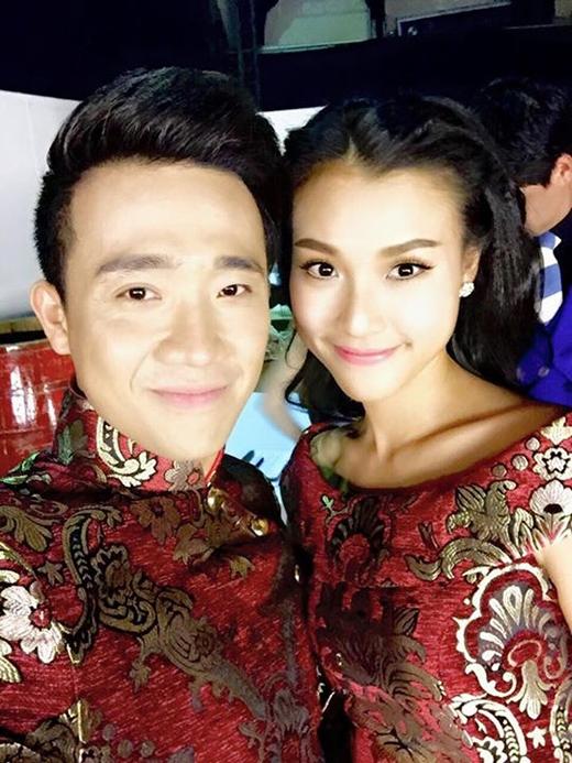 Không sánh đôi với bạn trai Huỳnh Anh, Hoàng Oanh cố tình diện áo cặp selfie tươi tắn cùng Trấn Thành. Nam danh hài thắc mắc: Tại sao không hẹn mà em mặc bộ đồ y chang anh vậy Hoàng Oanh??????? Em muốn gì ở anh?????????